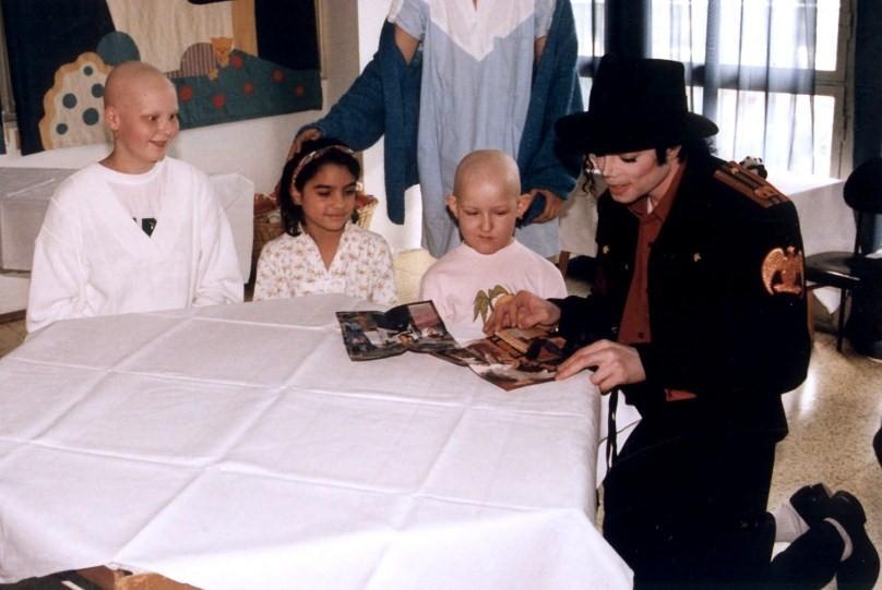 Michael-Jackson-visiting-hospital-32848949798