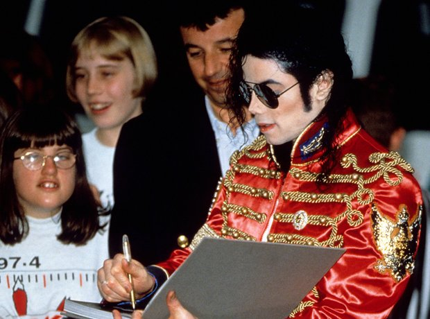 michael-jackson-signs-autographs-for-fans-1997-1401202602-view-1