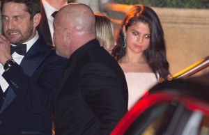 300B0A6700000578-3394270-Looking_unhappy_Selena_Gomez_looked_noticeably_sad_as_she_left_t-m-37_1452536989292