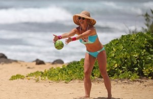 EXCLUSIVE: A bikini clad Britney Spears shows off her very toned and in shape body while throwing a ball on the beach in Hawaii.  Pictured: Jennifer Garner Ref: SPL1253326  280316   EXCLUSIVE Picture by: Splash News  Splash News and Pictures Los Angeles:	310-821-2666 New York:	212-619-2666 London:	870-934-2666 photodesk@splashnews.com
