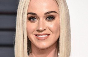 3DE469EF00000578-4276936-Before_During_the_Vanity_Fair_Oscars_afterparty_Katy_showed_off_-a-36_1488522466686