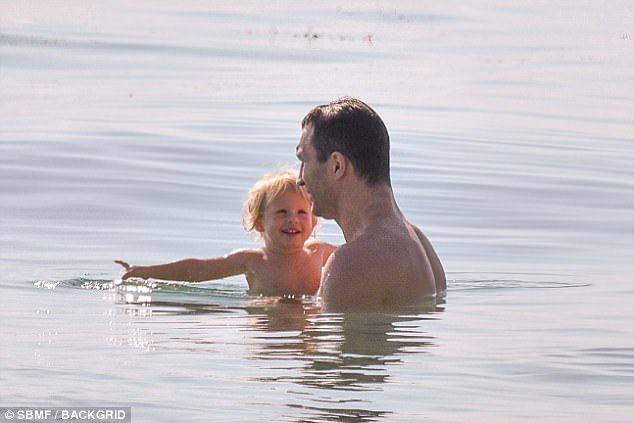 4057ED9C00000578-4507866-Smiling_Kaya_looked_content_with_her_dad_in_the_ocean_as_she_smi-a-3_1494866254716