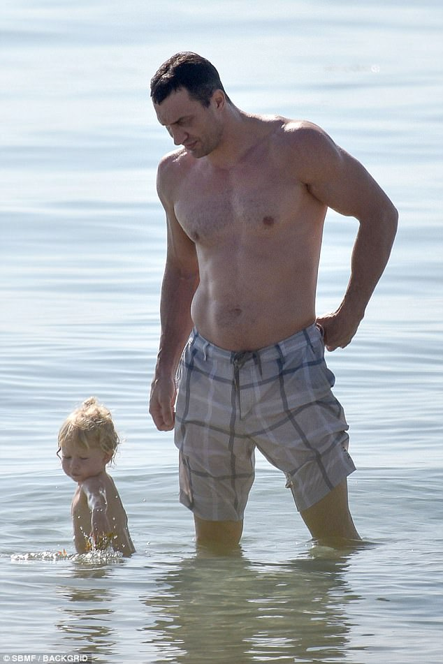 4057EDCA00000578-4507866-Cuteness_overload_The_father_daughter_duo_spend_some_time_soakin-a-1_1494866254596