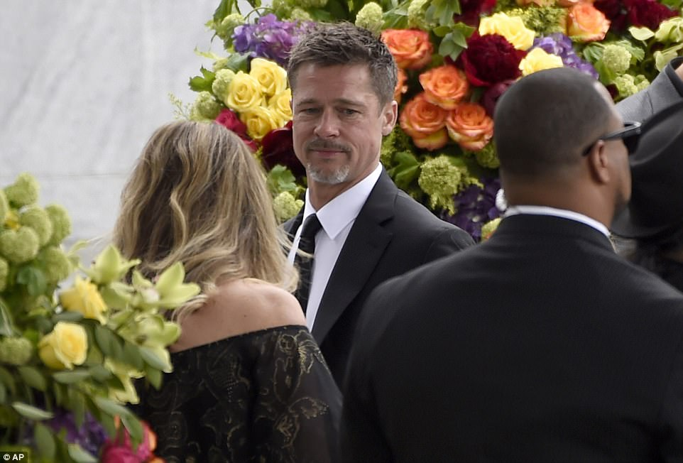 40D6467D00000578-4546408-Brad_Pitt_speaks_with_other_funeral_goers_during_services_for-a-6_1495835405095